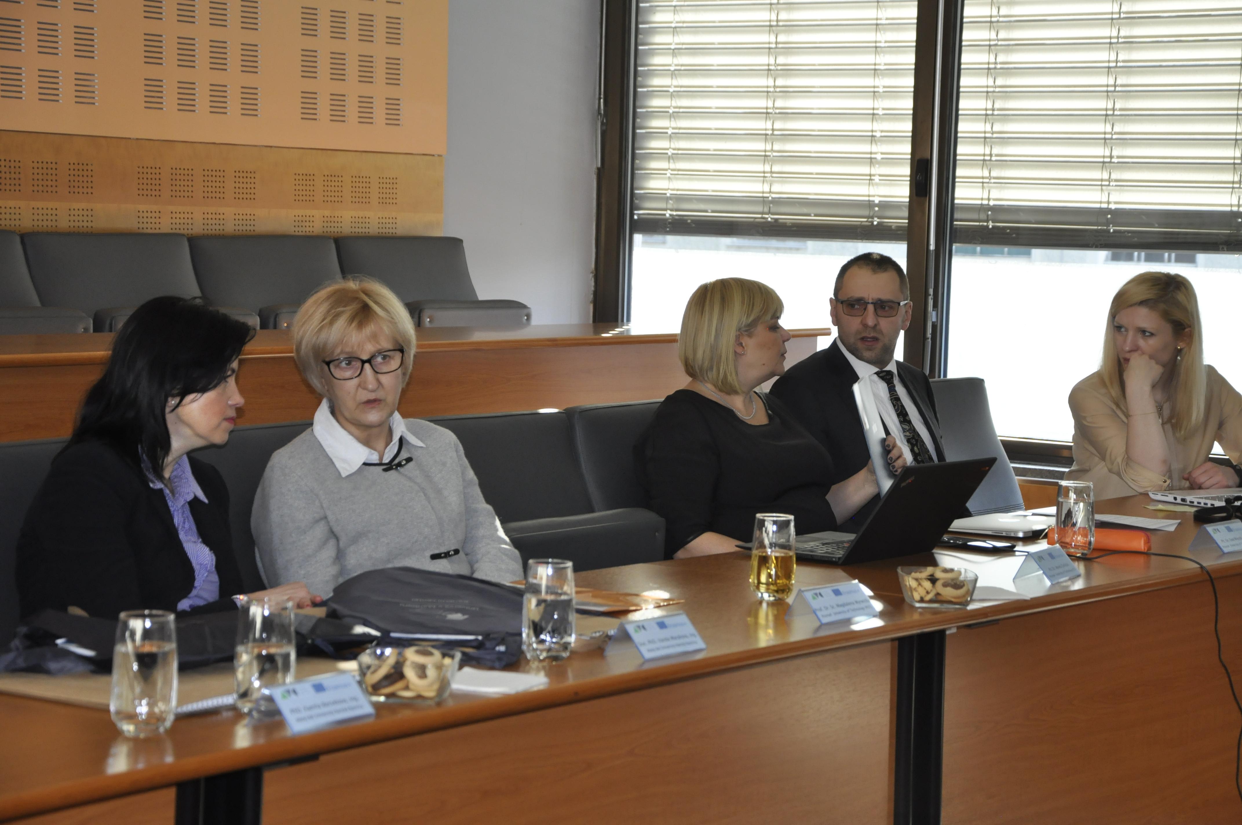 Zdjęcie 4. Atmosfera pracy – przedstawiciele Uniwersytetu Matej Bel w Bańskiej Bystrzycy oraz Politechniki Poznańskiej.